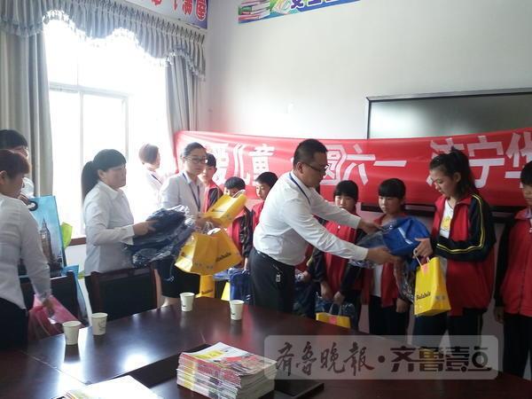 华夏保险济宁中支携手金乡团县委为贫困儿童送礼物