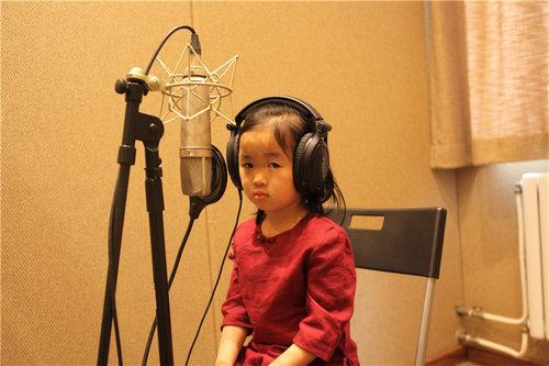 5岁小女孩录音棚原有嘟嘴吐舌忘词萌唱歌小组课外某女生翻天图片