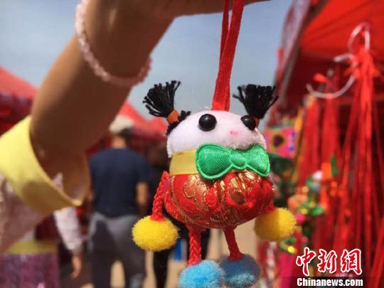 吕赟 摄 6月6日,在第十四届中国庆阳端午香包民俗文化节上,一组组以小动物造型为主题的萌宠香包引人注目。庆阳香包又称绌绌,当地民间称作耍活子,是由丝棉、香料手工制成的一种小巧玲珑、精致漂亮的刺绣品。在庆阳民间,素有端午节制作佩带香包的习俗,寓意吉祥如意,禳灾避邪,祛病保平安。2002年庆阳被命名为中国香包刺绣之乡。在今年的庆阳香包节上,新鲜元素成为主题,许多造型可爱的香包让人忍俊不禁。