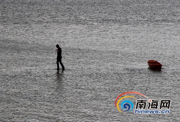 魔术师刘世杰表演南渡江水上行走。南海网记者陈望摄