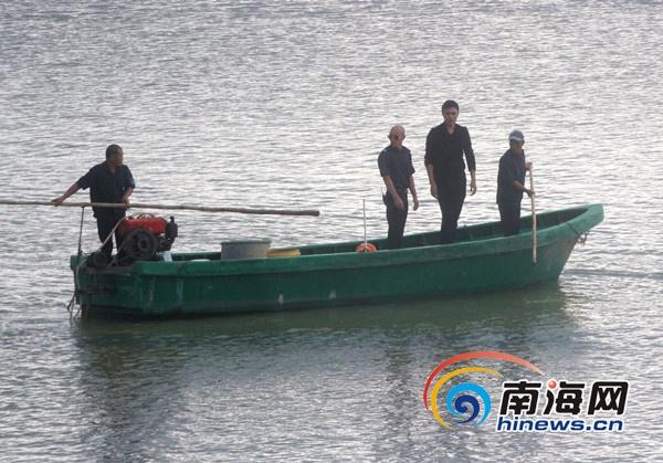 魔术师刘世杰表演结束,巡逻艇将其接走。南海网记者 陈望 摄