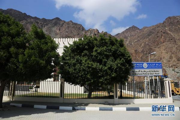 """蓝牌子上写着:""""沙迦警察局东部地区警务处奈赫瓦警务点""""。(图片由作者提供)"""