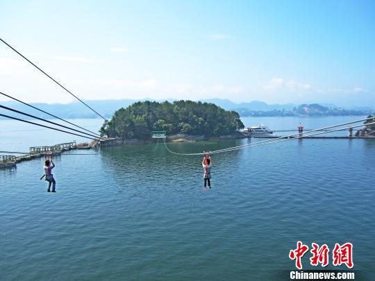 月光岛为千岛湖中心景区的爱情主题景点,岛上有幸运桥,同心锁,全国