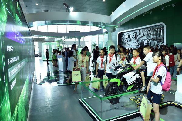 5年6月1日,小学生代表在国家网络安全青少年科普基地内参观体验