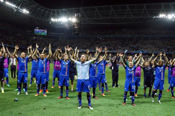 击败英格兰后,冰岛球员与3万球迷集体嗨歌