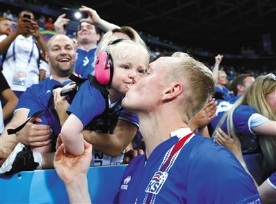 冰岛球员在场边亲吻自己的宝贝