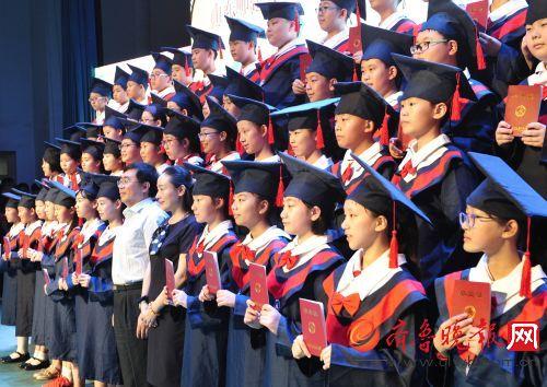 小学生毕业礼 毕业生向老师奉献《感恩的心》图片