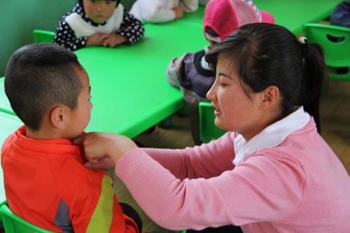 走教教师安敏在给幼儿园小朋友上课