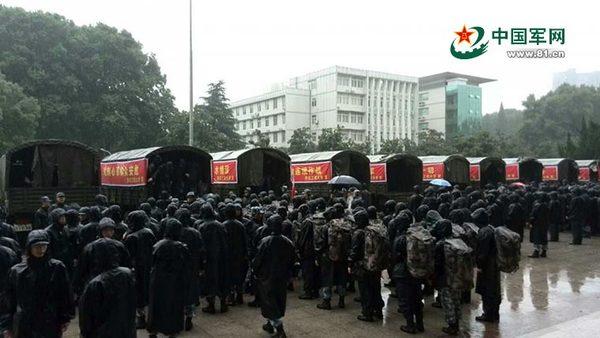 特派记者熊峰报道:2日,海军工程大学353名官兵紧急驰援抗洪抢图片