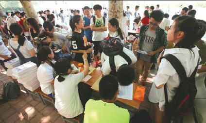 ...在初中学校领取中考成绩单.本报记者李飞摄-济南7月7日起填报中考...图片 25040 424x255