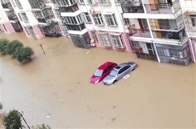 """7月2日,武汉城区持续遭受暴雨袭击,继续""""看海""""模式。本版图片/视觉中国"""