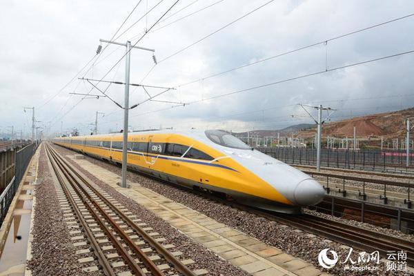 7月5日,高速综合检测车在沪昆客专云南段上行驶。摄影:万乘里