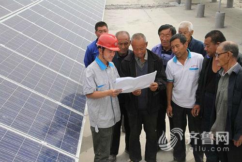 供电部门给党员群众代表讲解电站情况