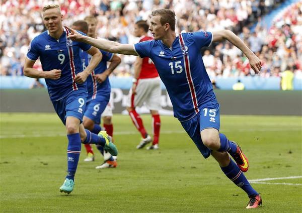 足球锦标赛小组赛冰岛队与奥地利队的比赛中庆祝进球