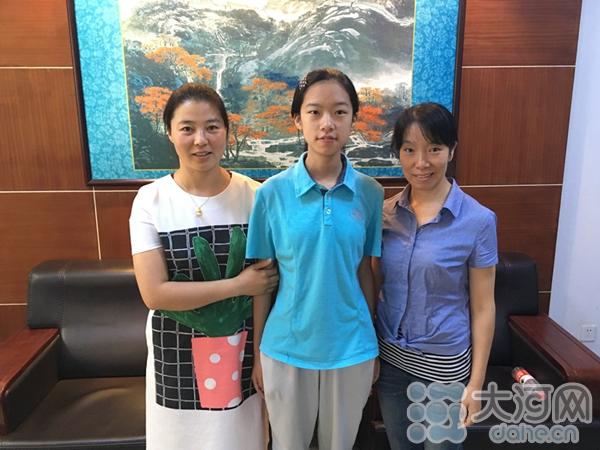 李佳璠和自己的母亲与老师合影