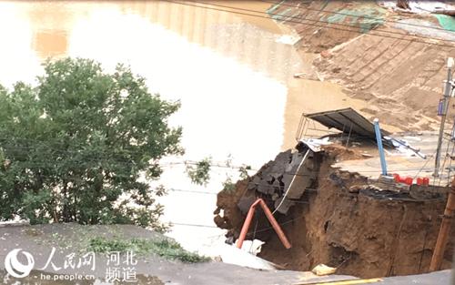 石家庄一地铁围挡内施工现场发生积水坍塌_凤凰资讯