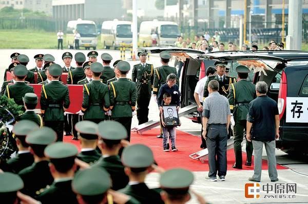 覆盖着中华人民共和国国旗的两位烈士李磊、杨树朋的灵柩被抬下飞机 中原网讯(记者 张华 谷长乐/文 张翼飞/图)7月20日15时,在郑州新郑机场停机坪内,南苏丹维和烈士李磊、杨树朋的遗体接机仪式在此举行。同机抵达的还有在此次遇袭事件中两名受伤的维和战士姚道祥、吴乐。 7月21日,遗体告别仪式将在两位烈士生前所在部队第20集团军杨根思部队的所在地许昌举行。郑州晚报记者 张华/文 张翼飞/图 昨日15时,在郑州新郑机场停机坪,维和英雄 忠魂归来的白底黑字的条幅让人悲伤,7个月前,也是在这个机场,两位战士告别