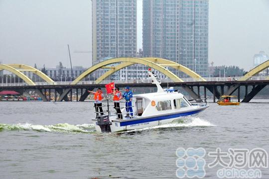 南阳市新区派出所警用巡逻艇下水试航