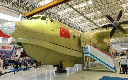 7月23日,大型水陆两栖飞机AG600在珠海总装下线。新华社记者 卢汉欣 摄 参考消息网7月25日报道 港媒称,中国自主研制的大型水陆两栖飞机AG600日前在珠海总装下线,将进行地面联调联试,预计今年底首飞,届时将成为全球最大的水上飞机。AG600最大航程达4500公里,由海南三亚起飞可到达整个南海海域,并实现在南海的往返巡航。官方称AG600主要用于海洋救援、森林灭火等,军事专家指,目前主要用以民用,未来可入海军服役,在南海进行常态化巡逻。 香港《明报》网站7月25日报道援引新华社的报道称,AG600