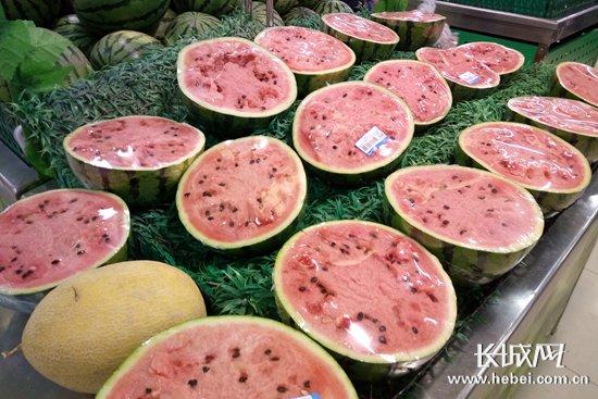 不少市民选择吃西瓜消暑。 长城网 张欣 摄