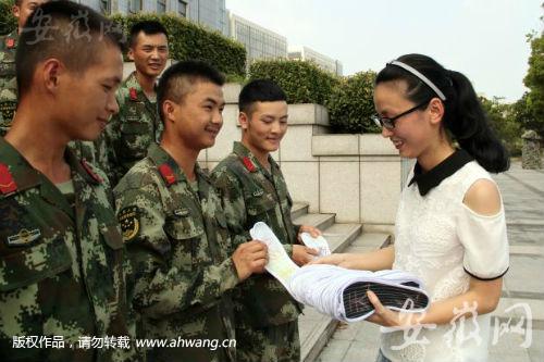 冯青制作的鞋垫大受欢迎。