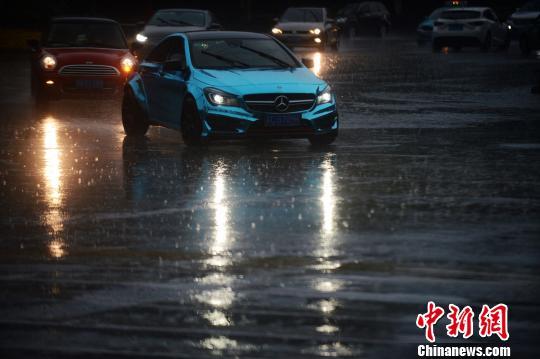 """图为扬州市天气突变,瞬间乌云密布,整个城市瞬间由白天进入""""黑夜""""。 孟德龙 摄"""