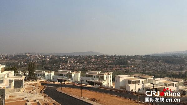 """中土公司承建的卢旺达基加利""""远景城""""别墅区。 (王新俊 摄)"""