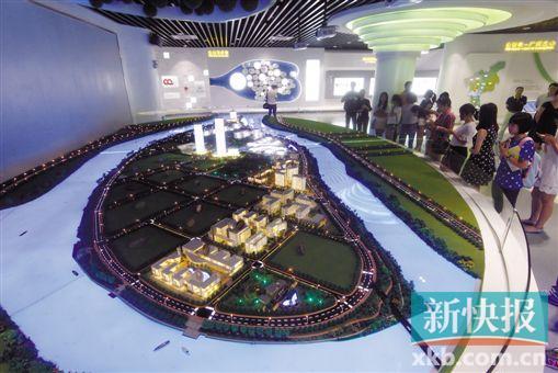 ■广州国际生物岛的模型向参观者展示着这个江心小岛的华丽转身。 李小萌/摄