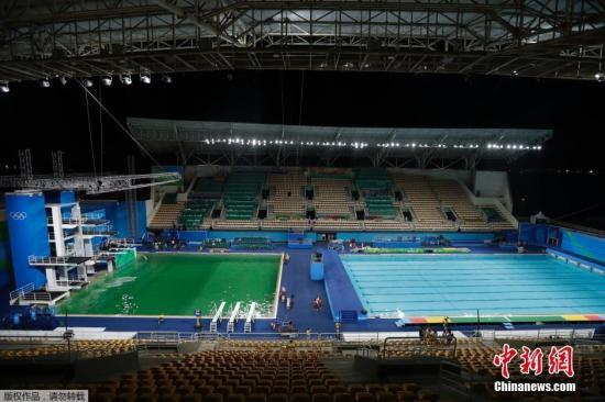 资料图:里约奥运跳水池一夜间从蓝变绿。
