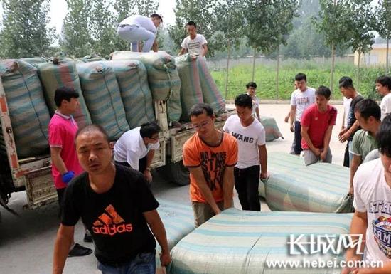 宁纺集团捐赠救灾物资。宁晋县委宣传部供图