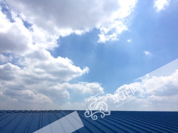 蓝色屋顶上的蓝天白云.记者