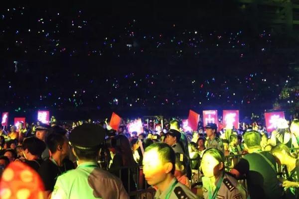 想看看有多少人观看演唱会?