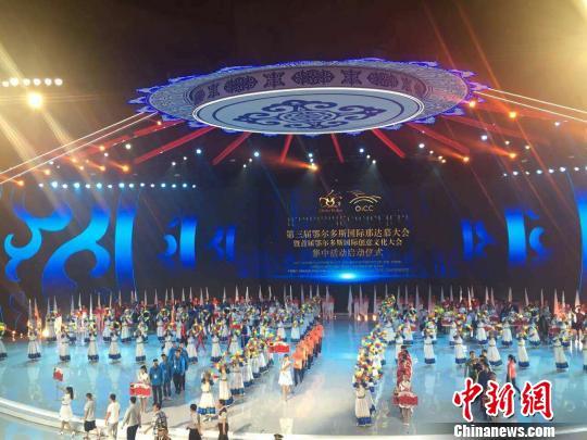 图为第三届鄂尔多斯国际那达慕大会开幕式现场。 张林虎 摄