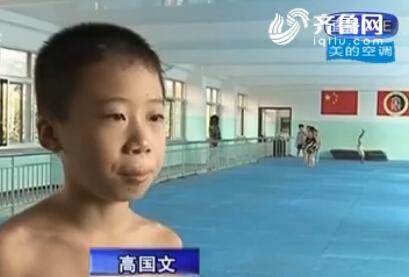 """龙口8岁小男孩练""""绝活"""""""