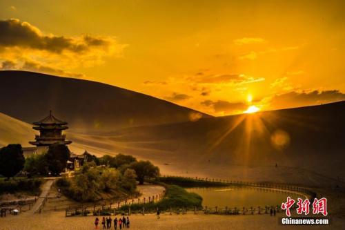 戈壁滩上的明珠——敦煌   摄影:王斌银