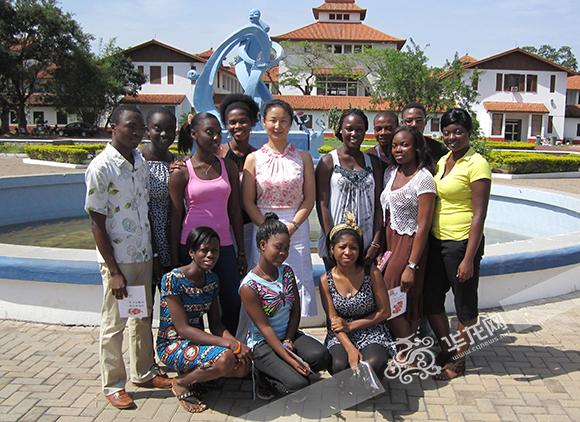 张媛艺离任加纳大学前与学生们一起合影。 重庆市教委供图 华龙网发