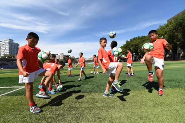 9月9日,八一学校小学六年级足球校队的同学正在踢足球。