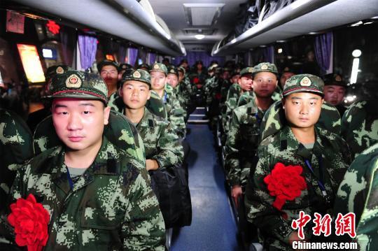 新兵乘坐大巴前往新兵训练基地.邓丙金 摄-湖北武警首批新兵入营 开