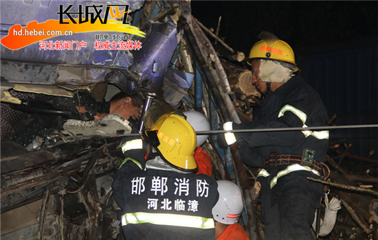 消防官兵正在救援。王俊平供图