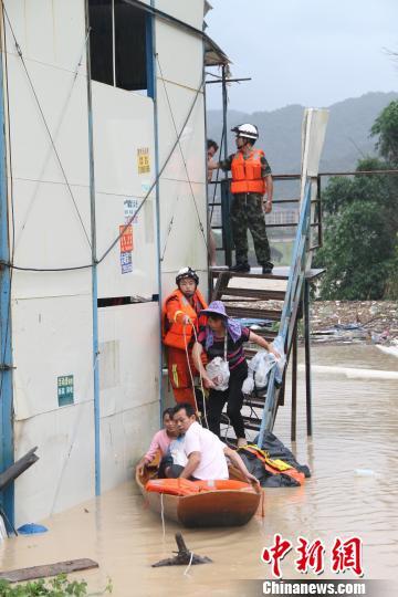 """台风""""莫兰蒂""""来袭,福州消防解救60名被洪水围困工人。 黄绿荣 摄"""