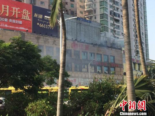 火灾迅速被扑灭,起火大楼受损并不严重,但还会冒出白烟。 陈悦 摄