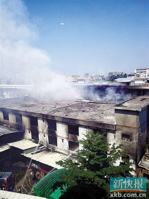 ■截至9月19日中午,消防官兵仍在向起火仓库喷水。 新快报记者 彭程/摄