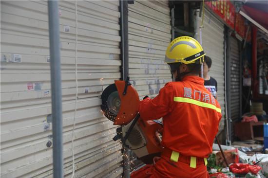 6人被困楼顶,消防官兵破拆救人。