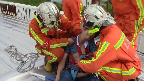 图说:轻生男子被救下。金山消防供图