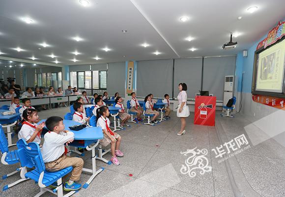 孩子们在课堂上认真听讲。 记者 陈龙翔 摄