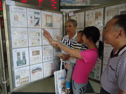 《戏耀中西》明信片24日在江西抚州汤显祖邮局首发。(何漫华 摄)