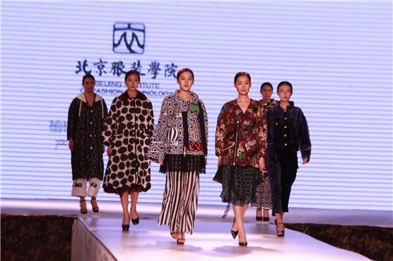 榆林市羊毛绒企业在博览会上对外发布新品