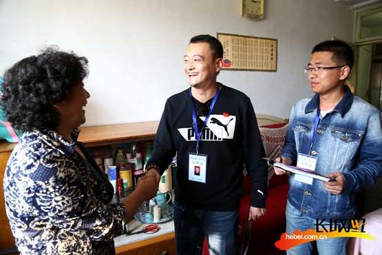 张家口桥东区社区工作人员入户收集居民意见。霍晓强摄