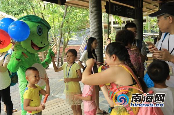 """吉祥物""""旺蛙""""受到亲子家庭的喜爱。通讯员潘达强摄"""