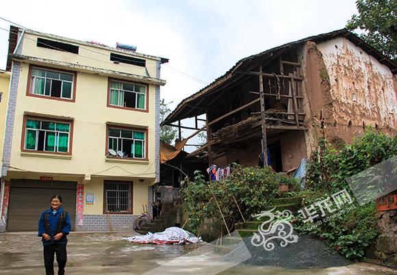 院子左侧为康和平一家的新房,右侧为旧房。 实习记者 陈晓 摄